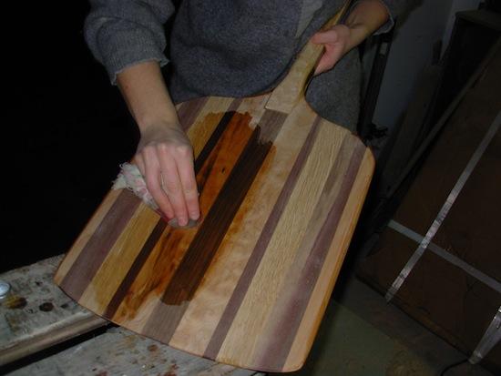 Oiling pizza peel